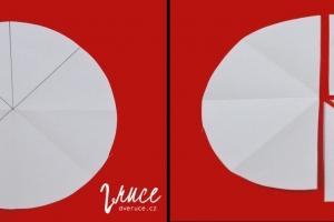 3. Z kruhu si odstřihněte polovinu. Z druhé poloviny vystřihněte 1 čtvrtinu a 2 osminy. Stříhat můžete po přehybech (můžete je zvýraznit obtažením).